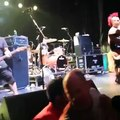 Fat Mike de NOFX remet à sa place un fan monté sur scène