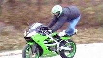 Instant Karma pour un motard debout sur sa moto