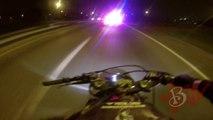 Course poursuite entre une moto et une  voiture de flics