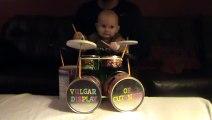 Bébé adorable joue de la batterie sur un morceau de Pantera - Baby metal drummer!