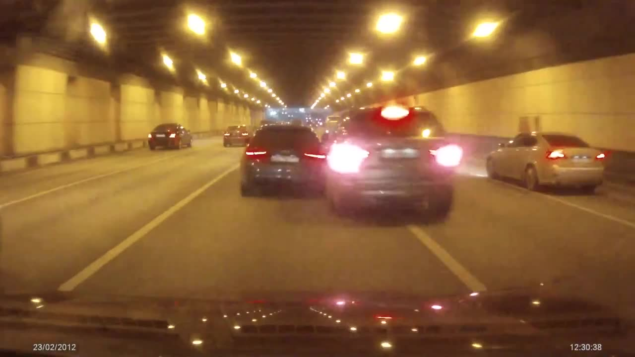 Street Race Crash dans un tunnel