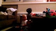 Un bébé danse au son d'une carte d'anniversaire musicale!
