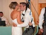 Paraplégique, il danse tout de même pour son mariage, grâce à ses amis