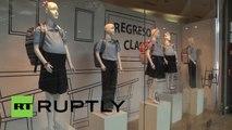 Shopping : des mannequins d'écolières enceintes dans les vitrines