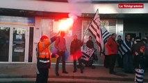 Brest. Bretagne Réunie manifeste devant la permanence de Patricia Adam