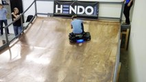 Le skater Tony Hawk teste le premier VRAI Hoverboard fait par Hendo Hover