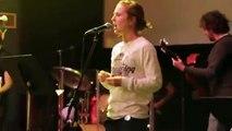 Un guitariste d'Eglise détruit sa gratte en plein concert