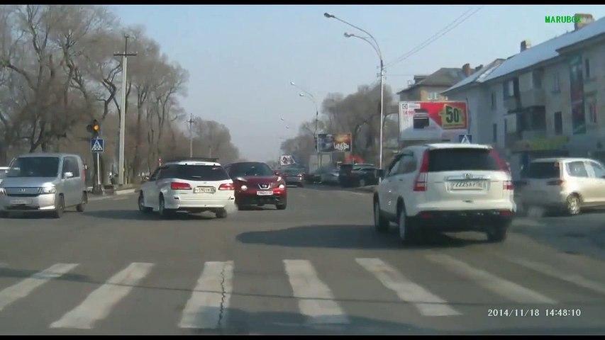 Accident de voiture violent à une intersection :...