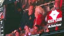 L'ancien President George Bush Senior et sa femme sur la Kiss Cam des Texans! Le bisous, le bisous!