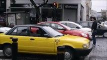 Il donne une leçon aux automobilistes qui s'arrêtent sur le passage piéton.