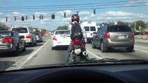 Motociclista dá show no sinal vermelho!