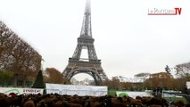 Moutons et éleveurs manifestent sous la Tour Eiffel contre le loup