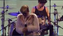 Miley Cyrus chante Wrecking Ball dans un ensemble ultra-osé