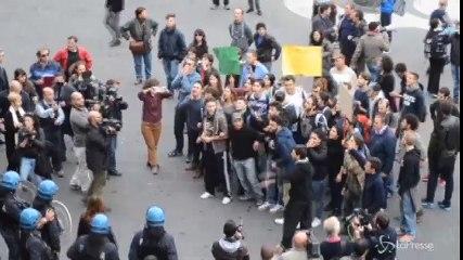 Premier Matteo Renzi contestato a Catania sotto il Municipio