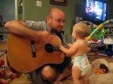Quand Papa prend la guitare il révèle une future rock star