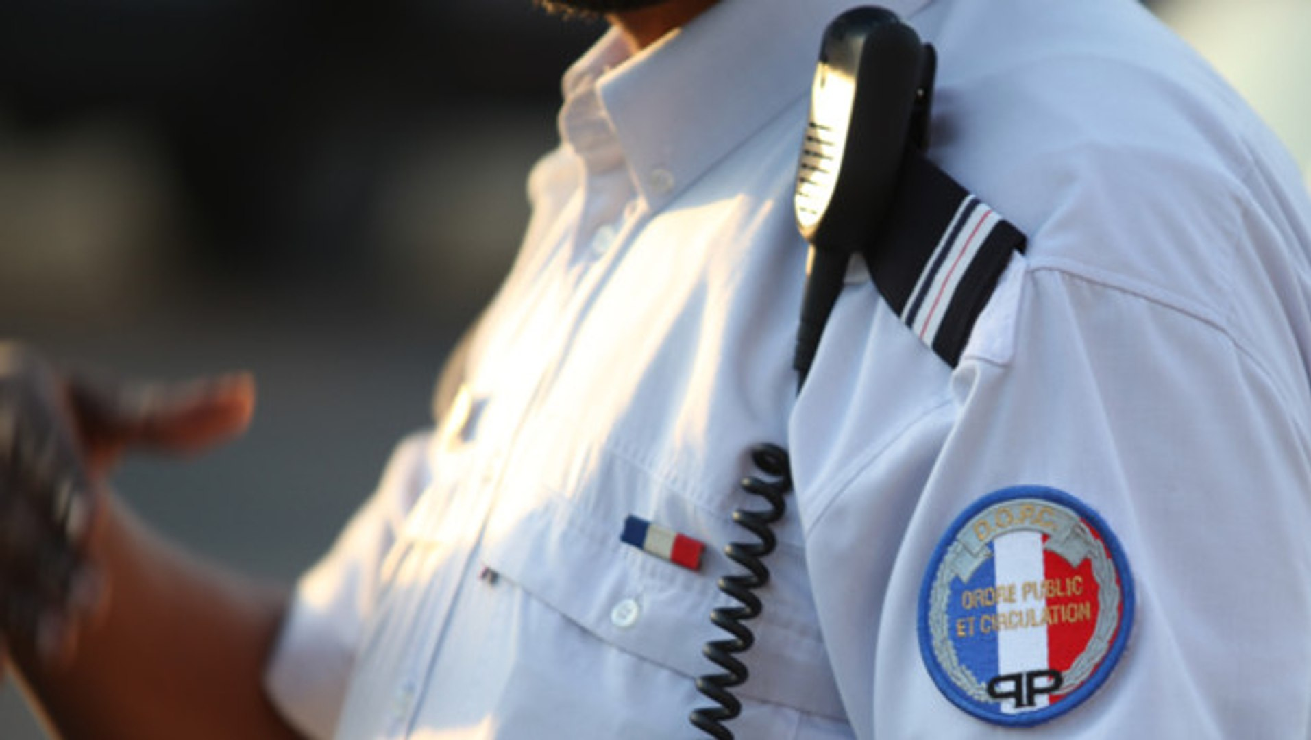 Voyou Met K.O Policiers-ARMÉS Flic-Guadeloupe Vrai Chôchôtte ! Zô Armé é En Tap Si Cask Aw W j