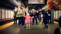 Une petite fille danse dans le métro et met l'ambiance. Bonne humeur garantie pour les usagers!