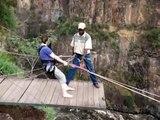 Saut à l'élastique d'une femme aux chutes Victoria