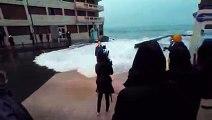 Une journaliste de BFMTV chute en direct surprise par une vague
