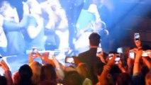 Beyoncè embraces fan at a concert and him becomes crazy