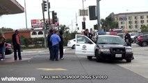 Des flics font semblant de fumer du cannabis dans leur voiture de patrouille - Caméra cachée