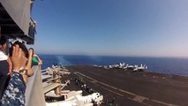 Un avion de chasse FA-18C passe le mur du son au dessus d'un porte-avions! BOOM....