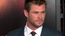 Chris Hemsworth met le feu à la foule à la première de Hacker
