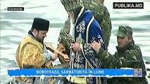 Creștinii ortodocşi de stil nou au sărbătorit Botezul Domnului Iisus în Iordan. Aproximativ 10 mii de români au participat la slujba de sfințire a apelor, pe care arhiepiscopul Tomisului a oficiat-o pe malul Mării Negre.