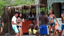 Voyage Salsa Aout 2014.Les stagiaires dansent avec les familles cubaines à la plage. Ca balance à la plage