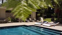 """Frolic (Mars Petfood) - croquettes pour chiens - avril 2010 - """"Elle est avec lui, pour ses croquettes."""", piscine"""