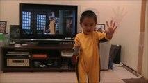 Ce petit garçon de 4 ans imite Bruce Lee