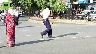 Polícia coordena o trânsito com a dança de Michael Jackson