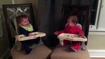 Des bébés jumeaux jouent à faire Coucou et c'est trop mignon