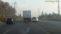 Chauffard très chanceux! Il évite 2 voitures et une moto pendant un tête-à-queue