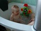 Nathan dans le bain avec papa