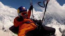 Le massif montagneux du Karakoram survolé en parapente