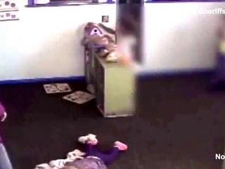 Elle botte un enfant à la garderie