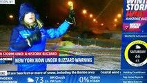 Il s'amuse avec son chasse neige derrière la présentatrice télé