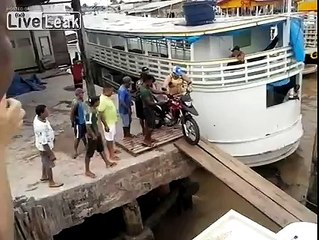 Dunya News - Motorcycle fell down into the sea