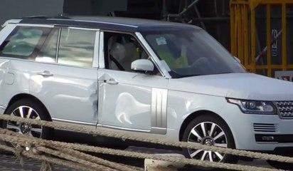 Land Rover ve Mini taşıyan gemiden sevk edilen hasarlı otomobiller