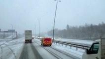 Des lampadaires dansent dans la tempête au bord de l'autoroute : flippant
