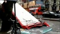 Londres : le toit d'un bus arraché après avoir heurté un arbre