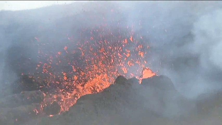 Vue aérienne du Piton de la Fournaise en éruption