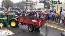 VIDEO : Les agriculteurs manifestent déversent du fumier devant la permanence du député à Melle