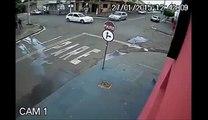Un gars fait une roue arrière mais la moto s'en va toute seule !