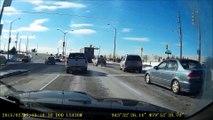 Un conducteur débile mais chanceux... Tête à queue en pleine route
