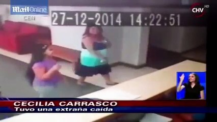 Un fantome pousse une femme