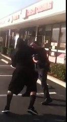 Un jeune black déclenche une bagarre avec deux policiers