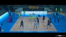 Gros block de Philippe Tuitoga sur Ivan Raic - Volley