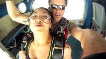 Deux parachutistes frôlés par leur propre avion